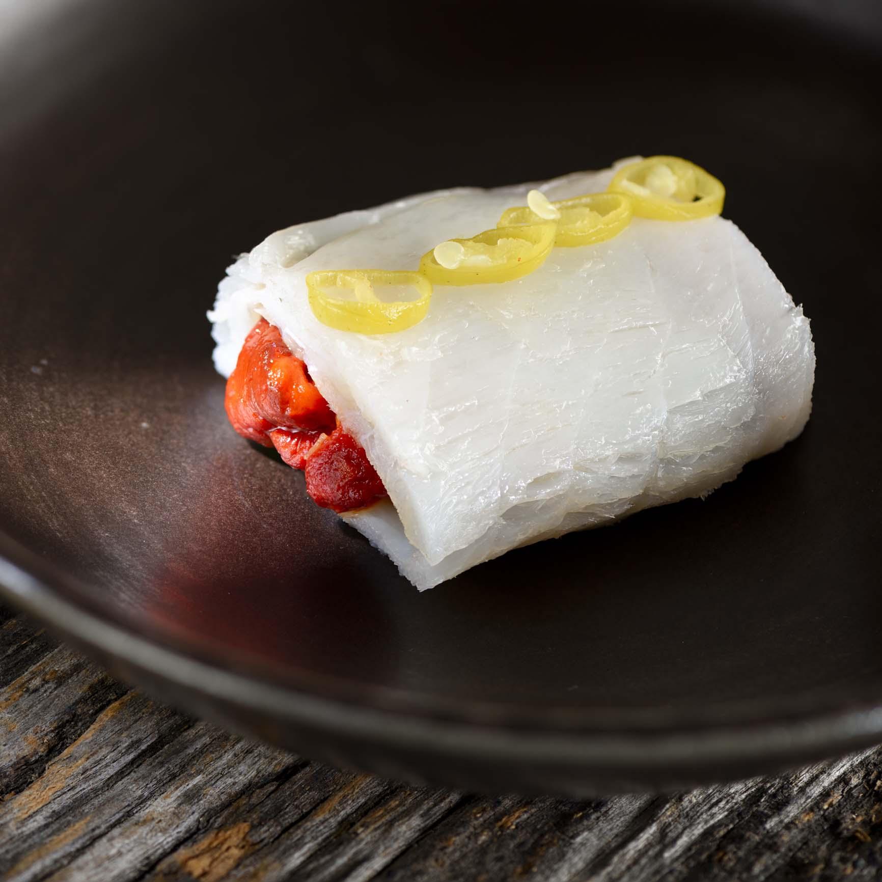 塩鱈と赤ピーマンのロール Eusko Label・イバーラの青唐辛子添え