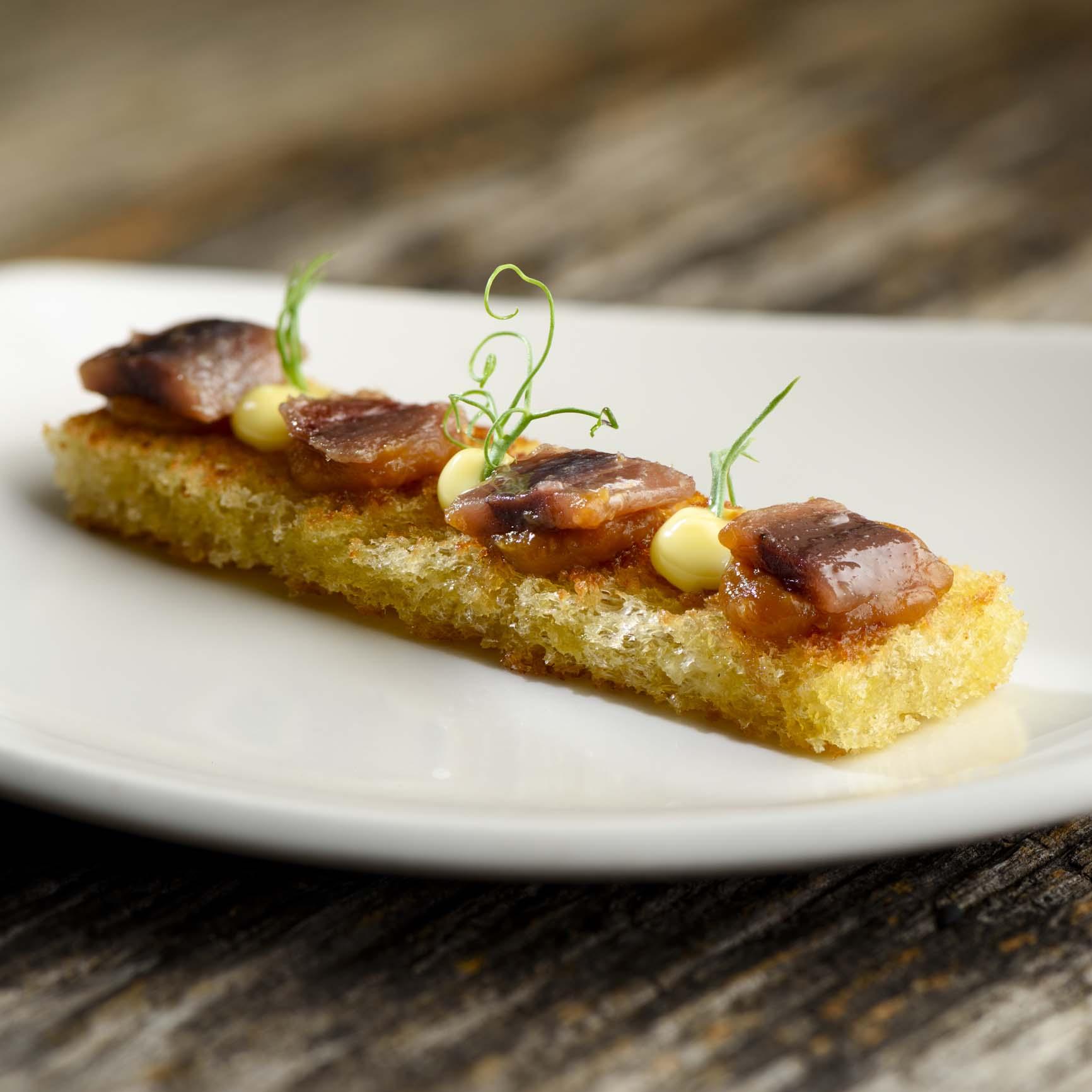 バスク・カンタブリア海のアンチョアと味噌のトースト